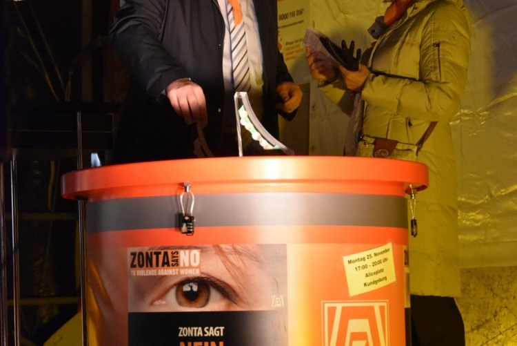 Bürgermeister Klaus Kreß weiht den ZONTA-Spendentrichter ein
