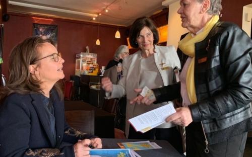 Caroline Link signiert Filmplakate (Foto K-H. Deuser)