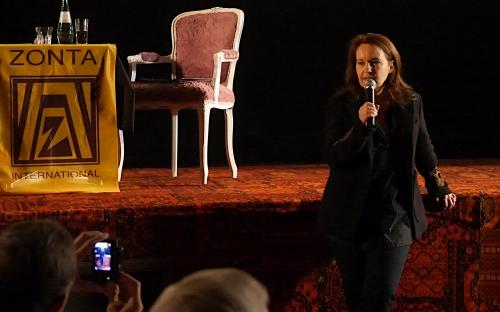 Frau Link beantwortet Fragen aus dem Publikum (Fot A. Hausmanns)