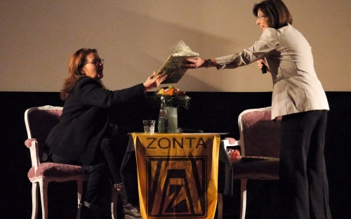 Zonta-Präsidentin Vilborg Asmus-Reuter übergibt Frau Link ein schokoladiges Geschenk (Foto A. Hausmanns)