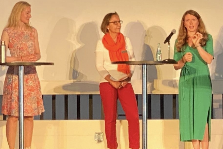 v.l.: Andrea Neudeck (Moderation), Annette Hufnagel, Nicole Mündelein (Foto © Zonta)