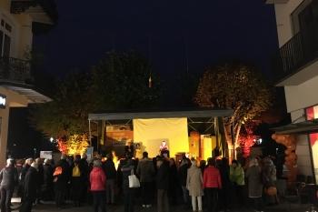 Viele Menschen versammeln sich vor der ZONTA-Aktionsbühne